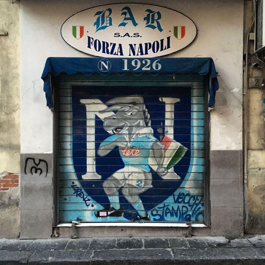 koffiebar in Napels met Napoli schildering