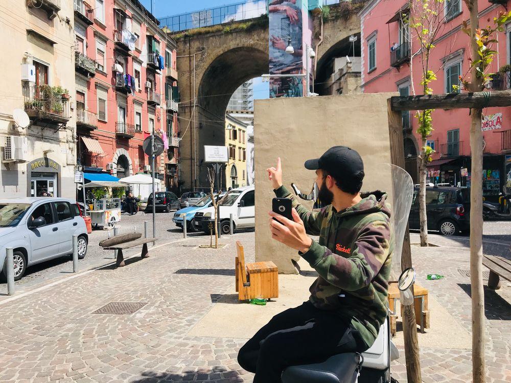rione sanita plein in napels met muurschildering tijdens digitale tour