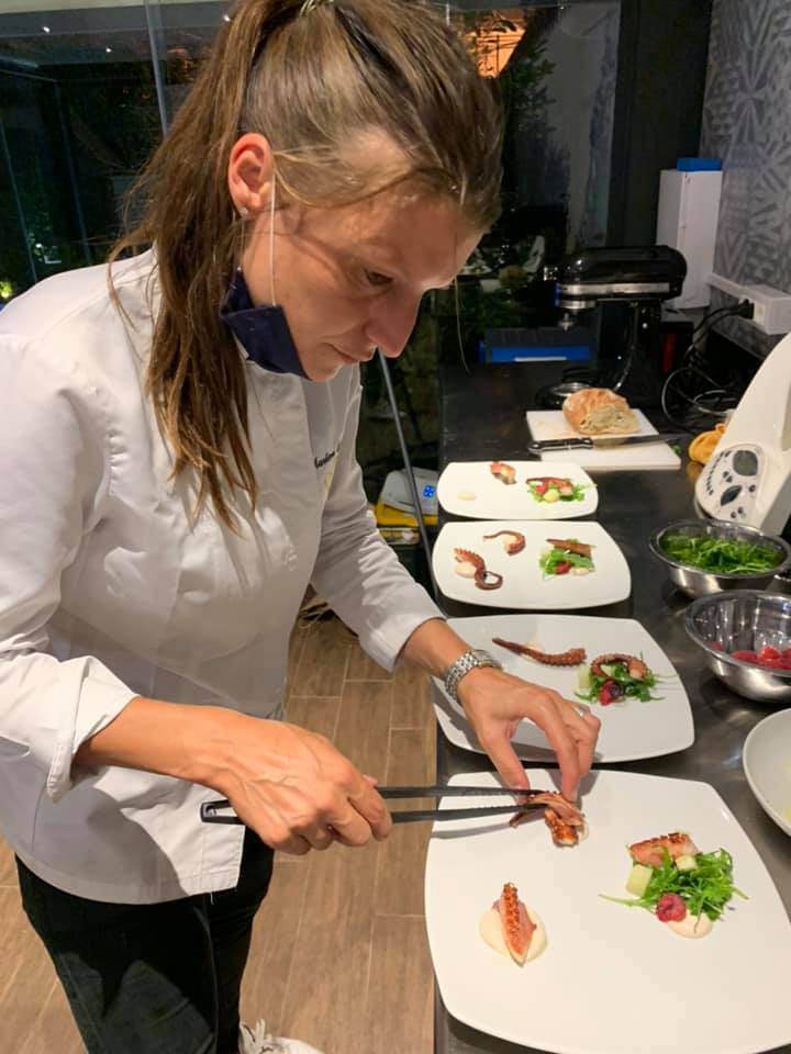 chefkok martina tijdens kookworkshop in napels