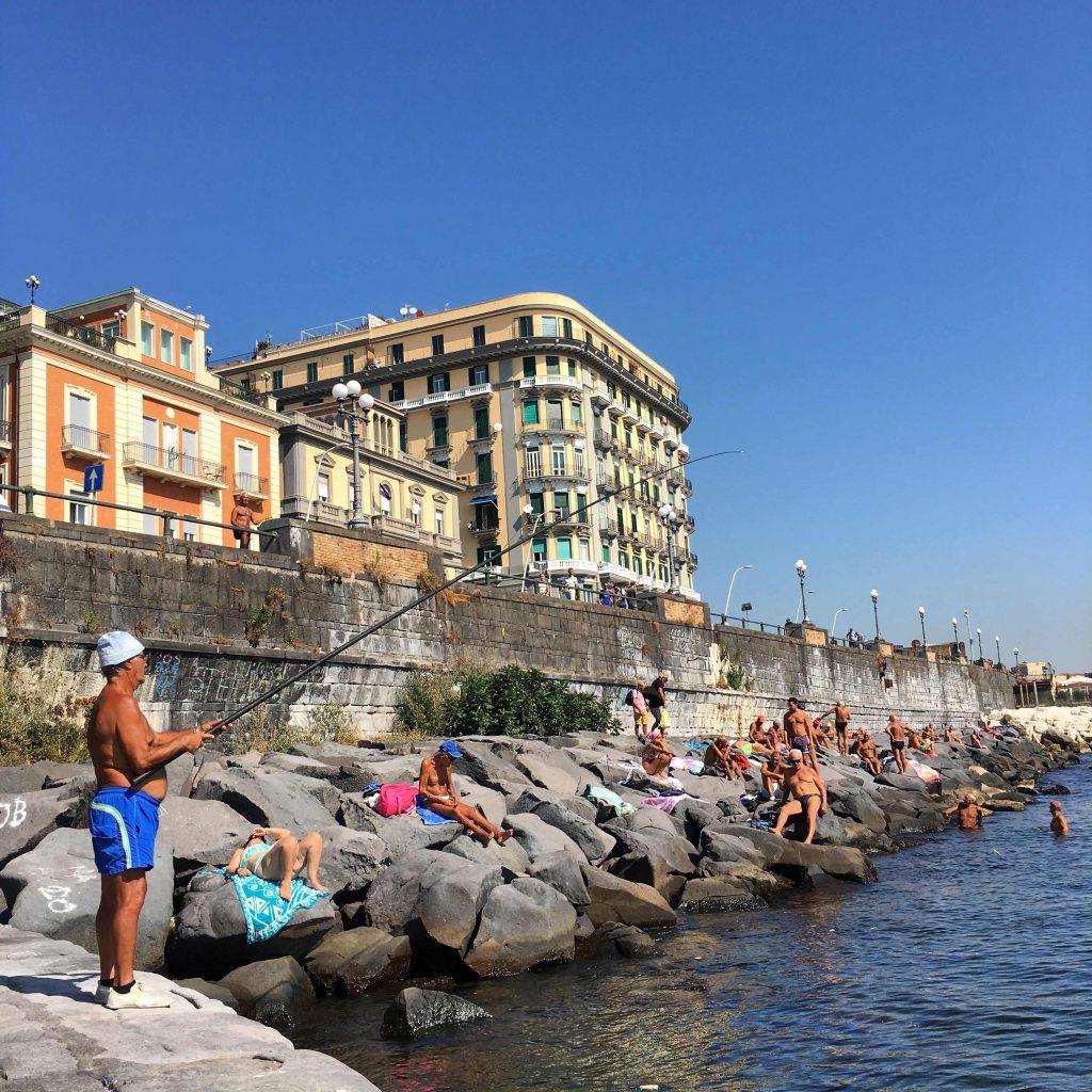 op vakantie naar Napels. Zwemmen in de baai van Napels.