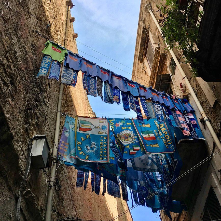 Napoli sjaals en vlaggen in steeg in Napels