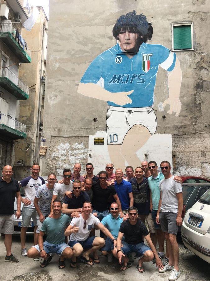 Maradona muurschildering met groep tijdens voetbalreis in Napels