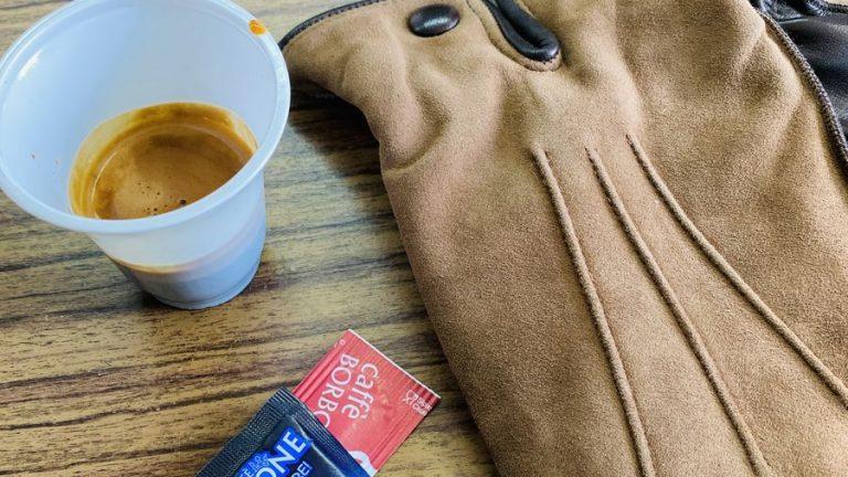 handschoenen uit napels met koffie