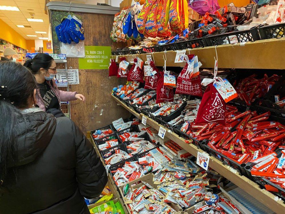 Het snoepgoed in de winkel