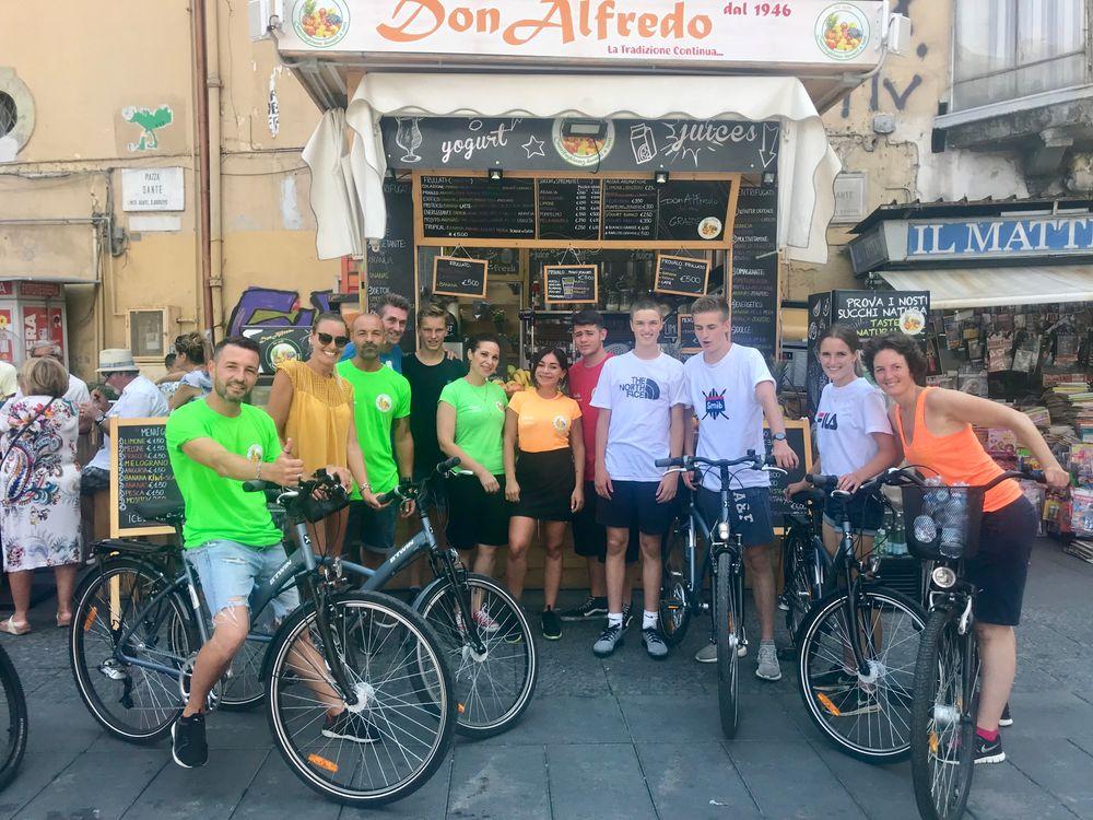 fietsers voor de kiosk van Don Alfredo