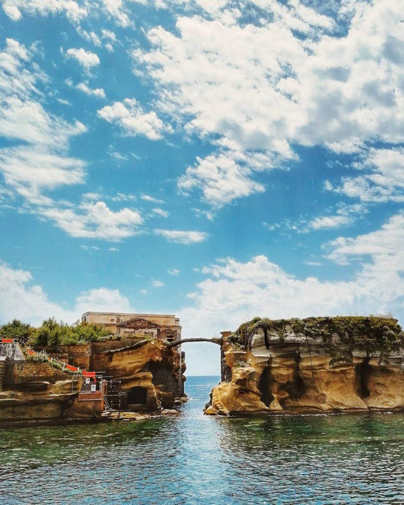 De twee rotsachtige eilandjes bij Gaiola