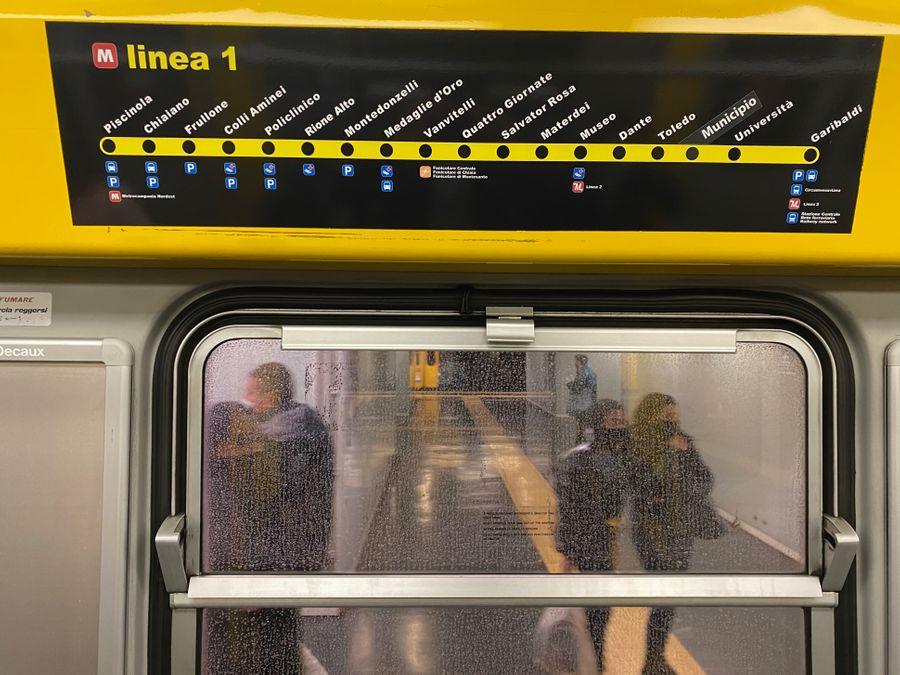 De haltes van de kunst metrostations van Napels