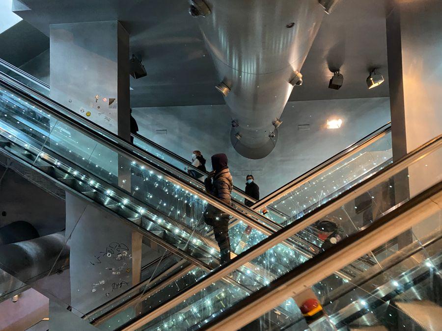 De roltrappen bij metrostation Garibaldi. Kunst metrostations van Napels