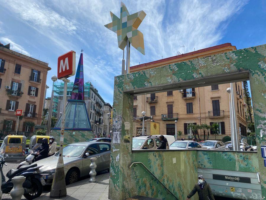 Een deel van het plein bij de kunst metrostations van Napels