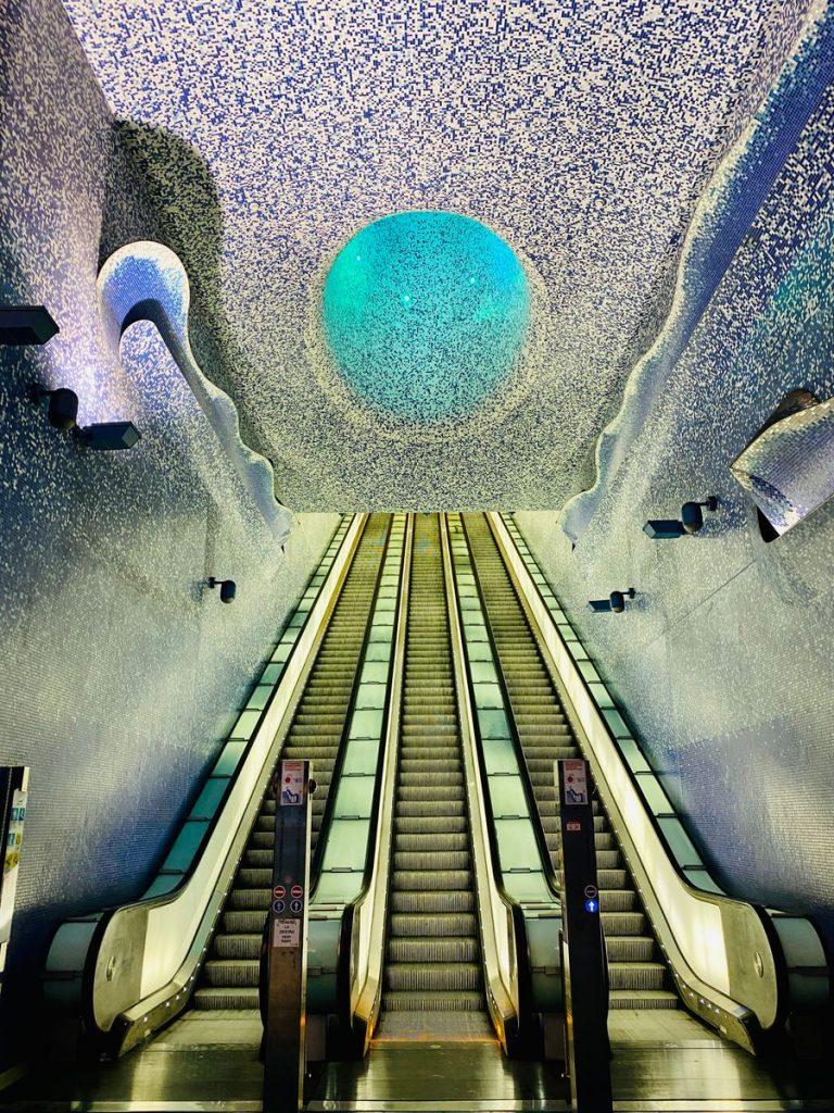De roltrappen met lichtkoker bij metrostation Toledo