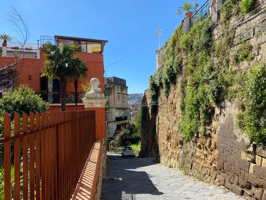 Uitzicht in de verte op Castel Sant'Elmo