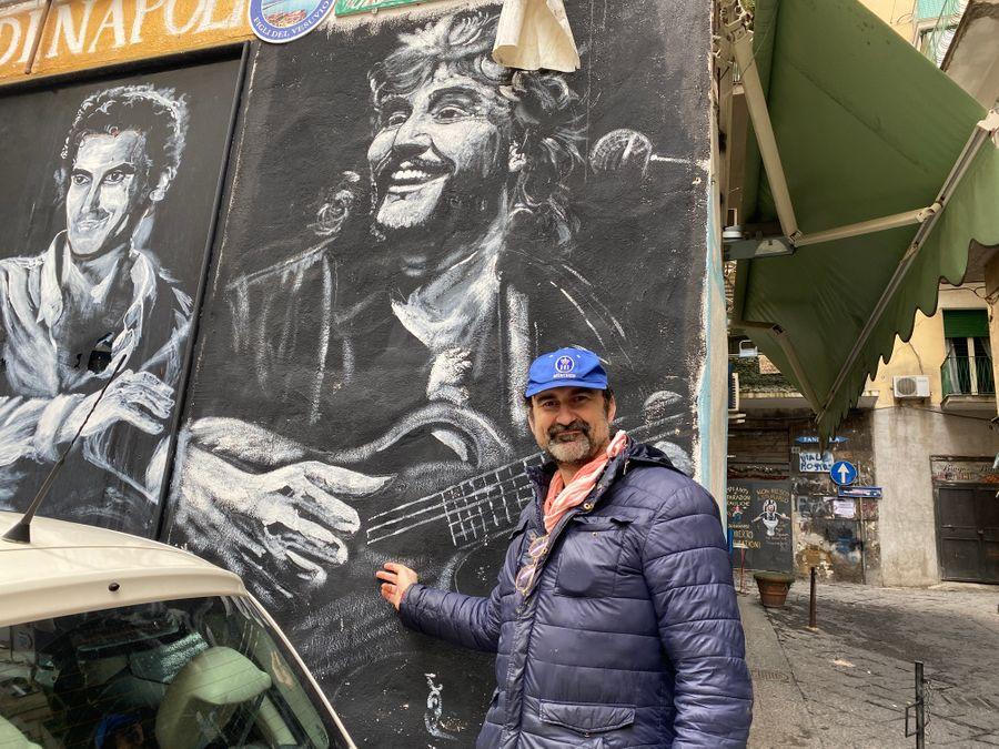 Leone Peretti en muurschildering van Pino Daniele